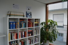 Quartiermanagement Dingolfing Bücherregal von links